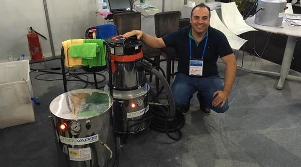 Oswaldo Martinez, sócio da A Todo Vapor, demonstrando a lavadora a vapor da empresa (Foto: Caio Patriani)