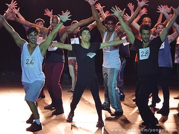 Definitivamente, Filipinho não paraece levar jeito para a dança (Foto: Sangue Bom/TV Globo)