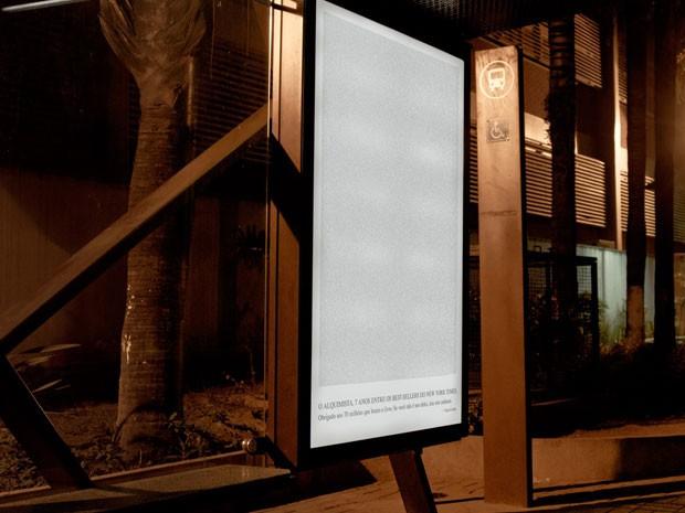'O Alaquimista', de Paulo Coelho, foi colocado na íntegra em anúncio em abrigo de ônibus (Foto: Divulgação)