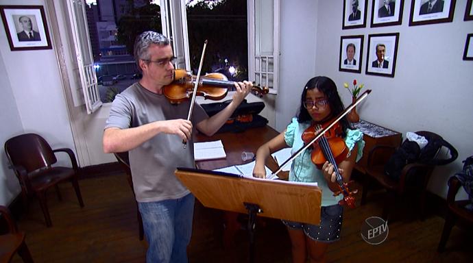 O Projeto Jovens Músicos oferece aulas gratuita de música clássica, em Piracicaba (SP) (Foto: reprodução EPTV)