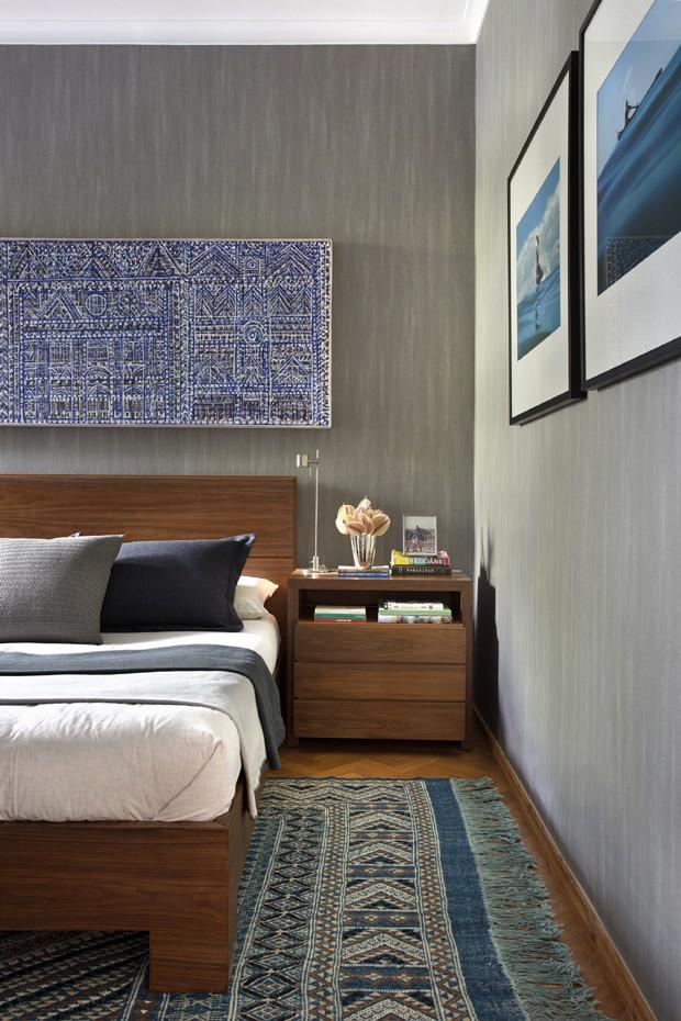 quarto-parede-cinza-tapete-azul (Foto: Juliano Colodeti – MCA estúdio)