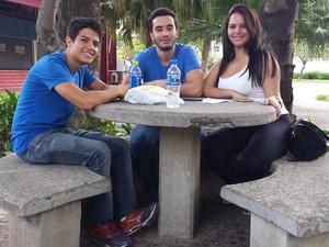 DOMINGO (9) – BELO HORIZONTE (MG) – Os amigos Matheus, Lucas e Chrissia chegaram cedo do local da prova, em BH, para estudarem juntos (Foto: Humberto Trajano/G1)