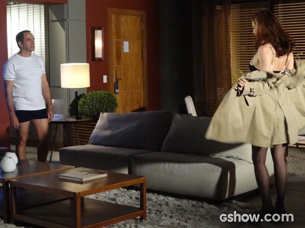Helena revela sua lingerie para Virgílio e seduz o marido no quarto do hotel (Foto: Em Família / TV Globo)