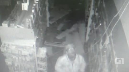 Homem furta farmácia em Marília e foge após subir no forro com a ajuda de uma corda; vídeo