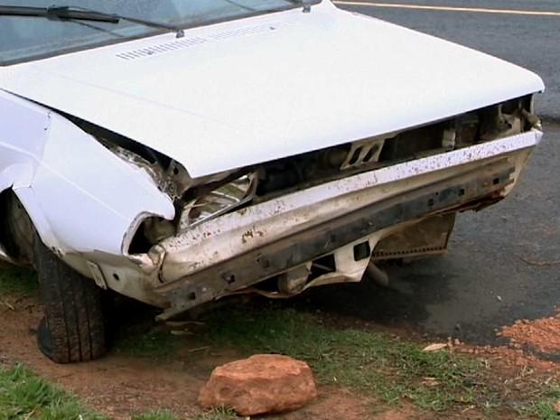 Motorista perdeu o controle da direção e bateu na barreira do acostamento (Foto: Reprodução/TV Fronteira)