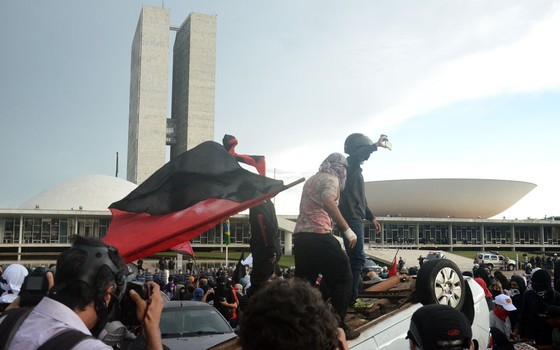 Estudantes durante manifestação em frente ao Congresso Nacional (Foto: Renato Costa / FramePhoto / Agência O Globo)