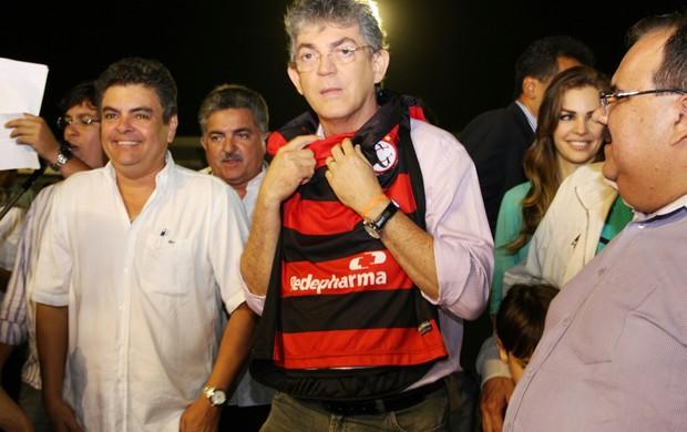 Ricardo Coutinho veste a camisa do Campinense no Amigão (Foto: Magnus Menezes / Jornal da Paraíba)