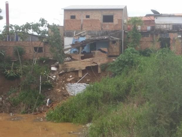 Barranco cedeu e comprometeu parte da estrutura de uma casa de dois pisos, em Porto Velho (Foto: Toni Francis/G1)