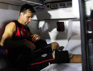Após lesão, Marcelinho Machado deixa o Tartarugão em uma ambulância (Foto: Fábio Vicentini/A Gazeta)