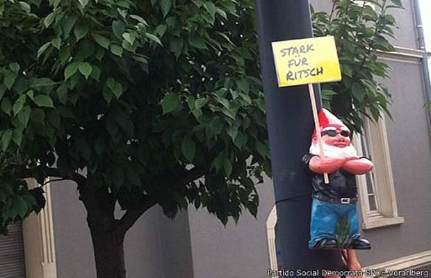 Ao usar os anões na campanha, os sociais democratas romperam com a tradição dos cartazes na Áustria (Foto: BBC)