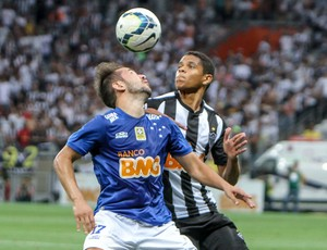 Éverton Ribeiro e Douglas Santos - Cruzeiro x Atlético-MG (Foto: Bruno Cantini/Flickr do Atlético-MG)