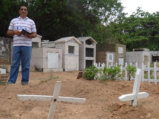Em PE, ex-coveiro faz teste da OAB: 'só consegui estudar no cemitério' (Foto: Alexandre Morais / G1)