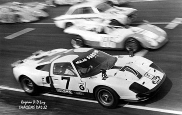 O GT40 com o número da sorte de Wilsinho, o sete, que não lhe deu sorte alguma. Somente dois abandonos com o carro, nadadas vistosas vitórias descritas em diversos sites. Notem o decalque do Greco no carro.  (Foto: Reprodução/Dave MacDonald)