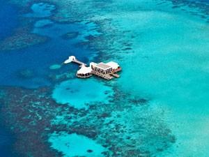 O local onde fica a discoteca submarina, no meio do Oceano Índico, visto de cima (Foto: Divulgação/Per Aquum)