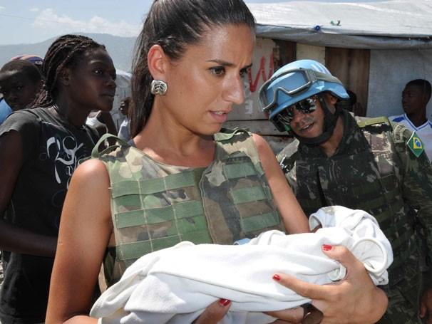A repórter do Ação Júlia Bandeira grava no Haiti programa que será exibido em outubro (Foto: Divulgação)