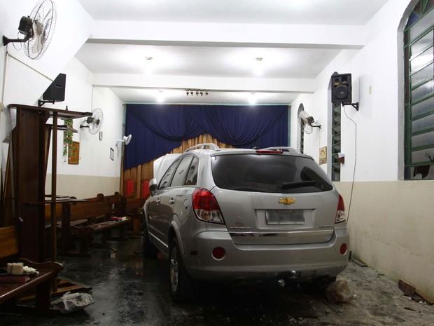 Carro invade igreja de Guarulhos (Foto: Marcos Bezerra/Futura Press/Estadão Conteúdo)