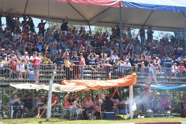O público já passava de 15 mil pessoas nas exibições e a CBA passou a estudar a homologação do evento automobilístico, que já impressionava por levar muita gente aos autódromos. (Foto: Divulgação/Fórmula Truck)