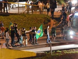 Manifestantes queimam pneus e fecham marginal da Dutra em S. José (Foto: Rodrigo Fernandez /Arquivo Pessoal)