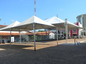 Local onde estão sendo realizados desfiles e palestras (Foto: Magda Oliveira)