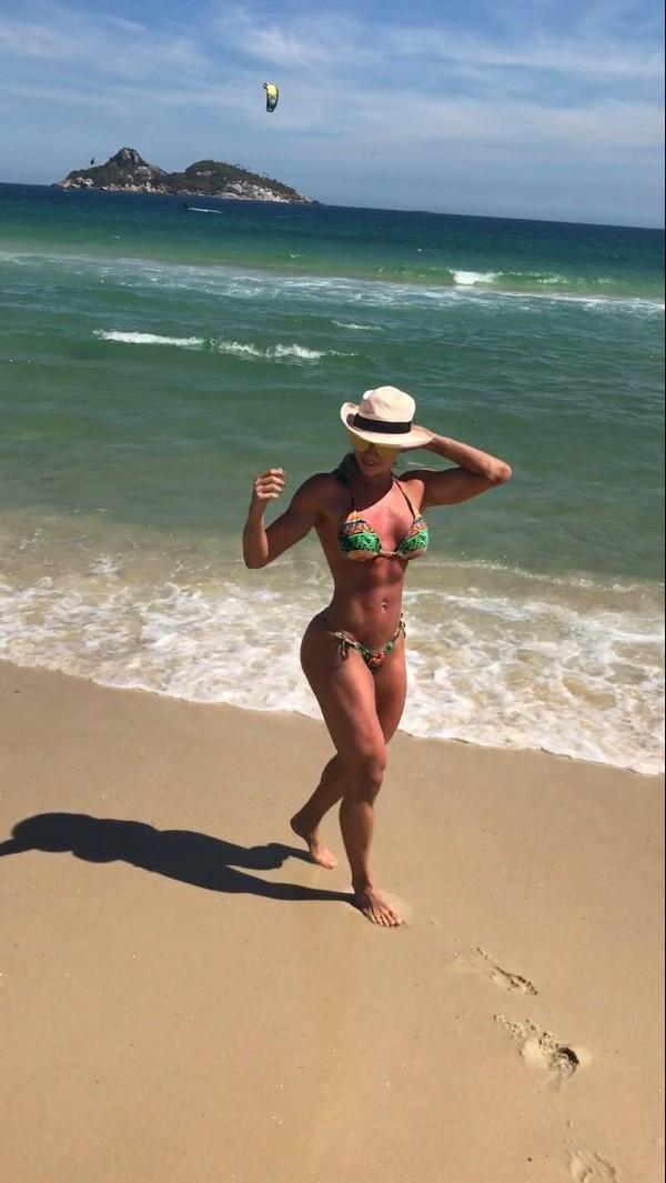 Juju Salimeni usa biquíni que não deixa marquinha em praia no Rio
