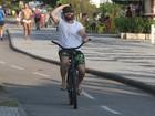 Murilo Benício pedala na orla da Barra da Tijuca