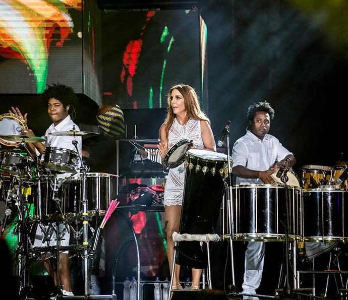 Ivete Sangalo arrisca no pandeiro durante o show (Foto: Ellen Soares/Gshow)