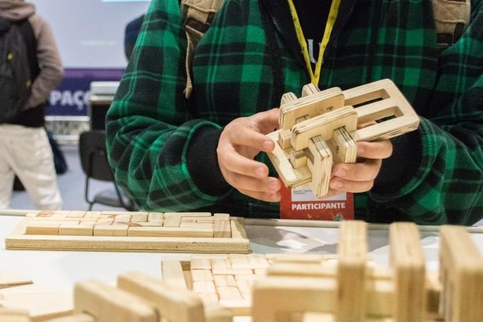 Jogos lógicos de madeira (Foto: Giordano Tronco)