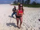 Focada na dieta, Cristina Mortágua malha em praia no Rio