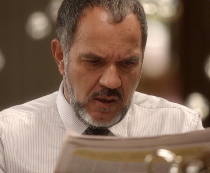 Germano fica furioso ao se ver no jornal (Foto: TV Globo)