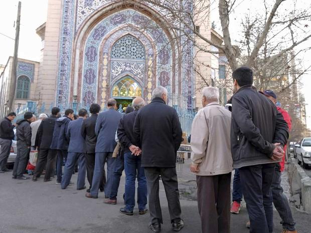 Iranianos em fila para votar durante as eleições para o Parlamento e Assembleia de Especialistas (Foto: Raheb Homavandi / Reuters)