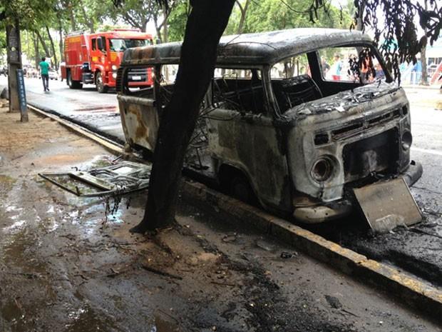 A kombi pegou fogo e uma das faixas da Avenida Caxangá precisou ser interditada (Foto: Kety Marinho/TV Globo)