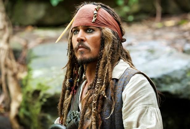 Johnny Depp teve que abandonar a Austrália em 11 de março de 2015 para passar por uma cirurgia nos EUA, após machucar uma das mãos durante as filmagens de 'Piratas do Caribe: Os Mortos Não Contam Histórias', previsto para estrear em 2017. Apesar da necessidade de interromper as gravações e voltar ao território norte-americano, o intérprete de Jack Sparrow, que tem 51 anos de idade, parecia estar bem, com um dos braços imobilizados, acenando para os fãs ao embarcar no aeroporto de Brisbane. (Foto: Reprodução)