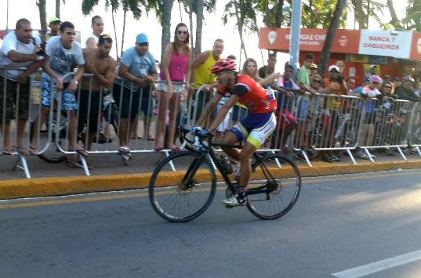 O momento em que o goiano Rafael Mesquita cruza a linha de chegada  (Foto: Reprodução/ TV Gazeta)