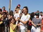 Alessandra Ambrósio conduz a Tocha Olímpica acompanhada dos filhos