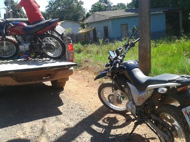 Policiais civis e militares conseguiram recuperar duas motos furtadas pela dupla (Foto: Polícia Civil/Divulgação)