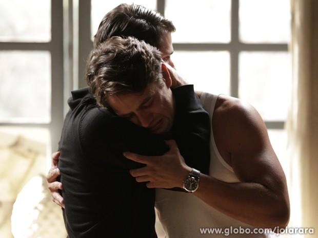 Franz consola o irmão, que fica muito triste com a morte da amada (Foto: Fábio Rocha/TV Globo)