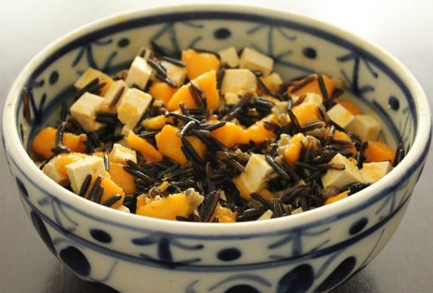 Salada de arroz selvagem, manga e tofu (Foto: Colheradas)