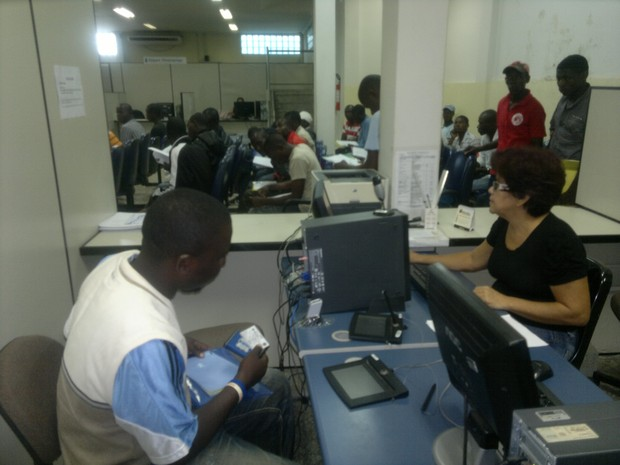 Haitiano é atendido no Ministério do Trabalho (Foto: Yuri Marcel/G1)