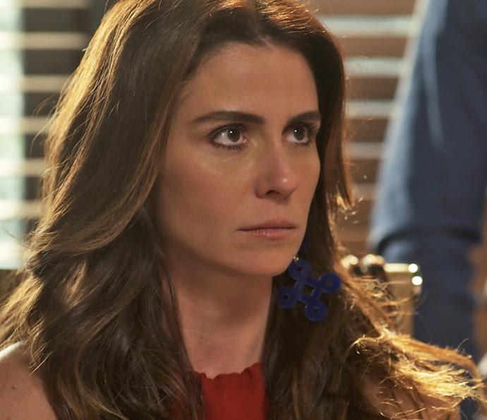 Alice é surpreendida por Carol no seu escritório (Foto: TV Globo)