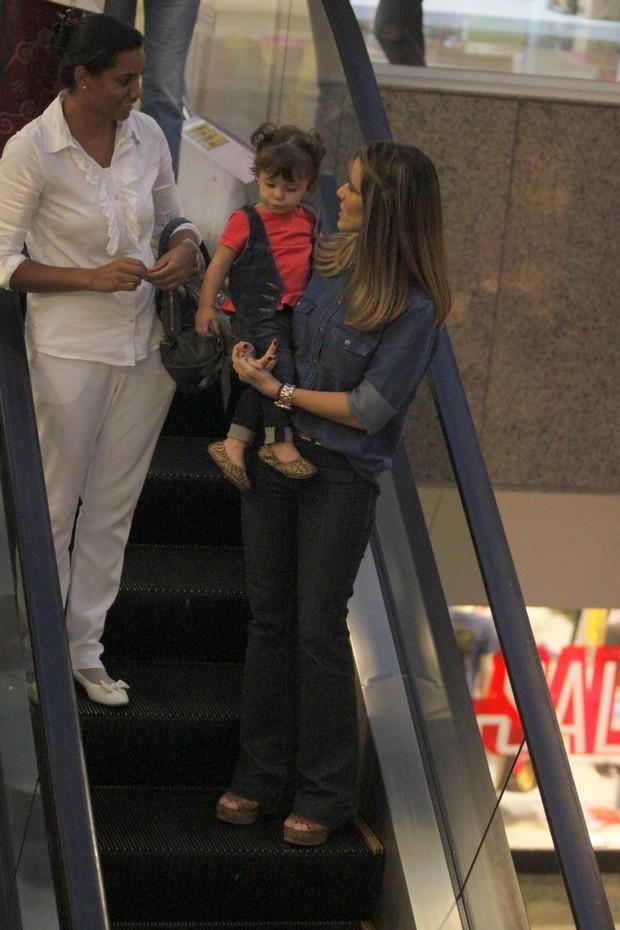 Fernanda Pontes passeia com a filha em shopping do Rio (Foto: Marcos Ferreira / Foto Rio News)