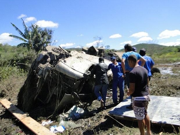 Motorista morre após caminhão descer despenhadeiro perto de Jequié (Foto: Blog Marcos Frahm)