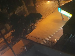 Na Tijuca, a esquina da Rua Dr. Otávio Kelly com General Espírito Santo Cardoso fica alagada. (Foto: Lílian Estrella/Arquivo pessoal)