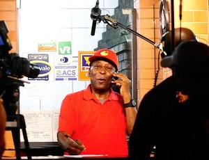 Pelé entrega pizza para torcedores do Santos (Foto: Marcos Ribolli / GLOBOESPORTE.COM)