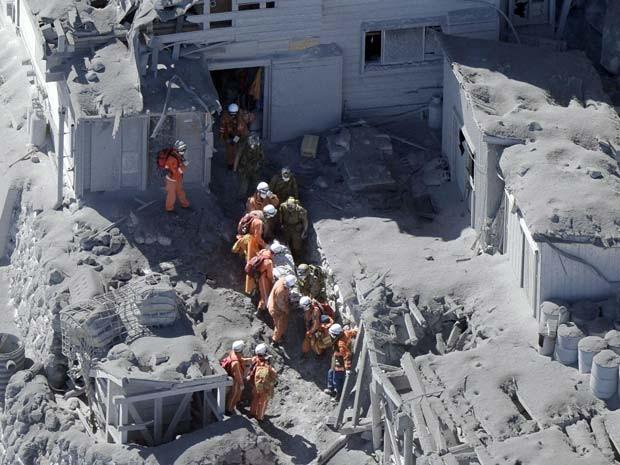 Bombeiros e forças de defesa conduzem operação de resgate no Monte Ontake neste domingo (28), após vulcão entrar em erupção  (Foto: AP Photo/Kyodo News)