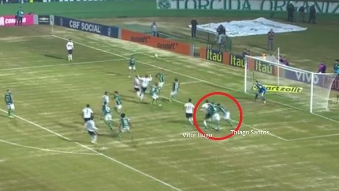 Vitor Hugo e Thiago Santos erraram no lance do primeiro gol do Coritiba (Foto: Reprodução/TV Globo)
