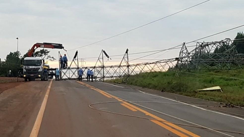 Torre de transmissão da Eletrosul caiu com a tempestade e bloqueou o transito na BR-262, entre Água Clara e Três Lagoas (Foto: PRF/Divulgação)