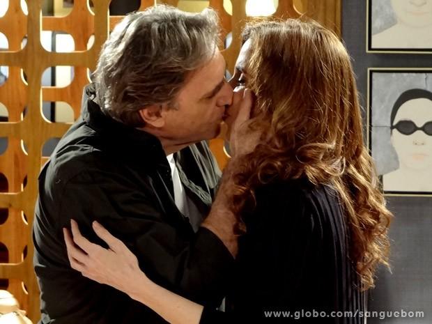 Com paixão, Plínio e Irene se beijam (Foto: Sangue Bom / TV Globo)