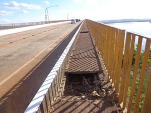Passagem de pedestres na ponte de Porto Nacional está com vários buracos (Foto: Vilma Nascimento/G1)