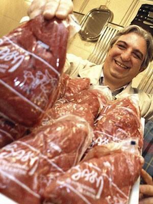 Marcos Bassi (à esq.) exibe peça de carne com a marca de seu açougue no Bixiga; churrasqueiro morreu na tarde deste domingo no Hospital Sírio-Libanês (Foto: Foto: Cleo Velleda/Folhapress)
