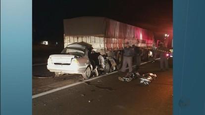 Homens morrem em acidente com caminhão na SP-255, em Araraquara